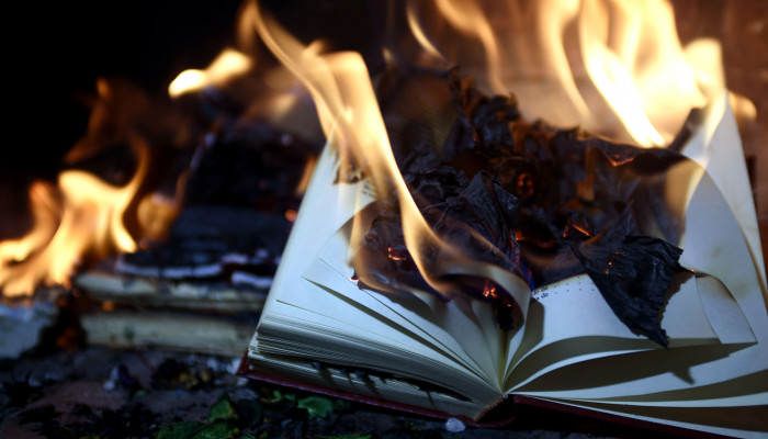 Nagyobb a füstje, mint a lángja? – Jeanette Winterson könyvégetéséről